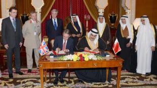 Le ministre britannique des Affaires étrangères Philip Hammond et son homologue bahreïni le cheikh Khaled ben Ahmed ben Mohammed al-Khalifa, vendredi.