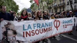 Des militants de la France insoumise défilent le 1er mai 2017 dans les rues de Paris.