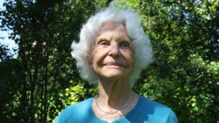 Marie-José Chombart de Lauwe, dans le jardin de sa maison, le 22 mai 2015.
