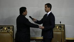 نائب رئيس الجمعية الوطنية إدغار زمبرانو مع خوان غوايدو بكراكاس، في 5 يناير/كانون الثاني 2019.