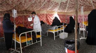 Des patients suspectés d'avoir été contaminés par le choléra sont traités dans un centre de santé improvisé à Sanaa, le 25 mai 2017.