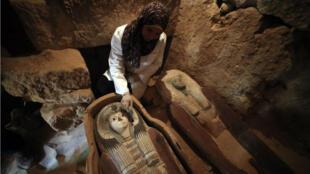 Una arqueóloga limpia uno de los sarcófagos descubiertos en Guiza. 4 de mayo de 2019.
