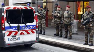 La police a établi un cordon de sécurité sur les lieux de l'agression à Nice le 3 février.