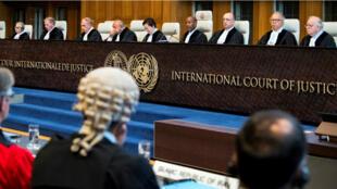 Miembros de la Corte Internacional de Justicia adelantan una audiencia sobre la presunta violación del Tratado de Amistad de 1955 entre Irán y Estados Unidos. La Haya, Países Bajos, 27 de agosto de 2018.