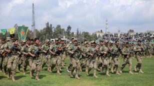 Archivo: militantes del grupo kurdo YPG participan en un desfile militar para celebrar una victoria sobre el autodenominado Estado Islámico, en Qamishli, Siria, el 28 de marzo de 2019.