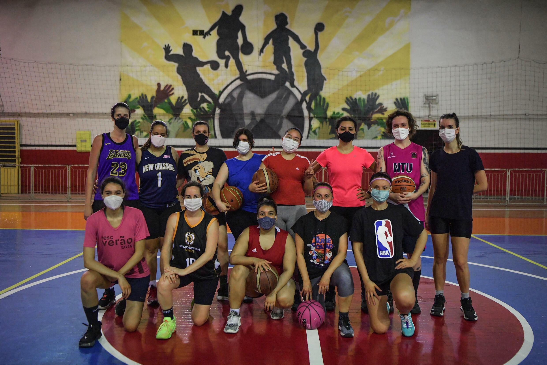 O time Fulaninha de São Paulo representa uma tendência no Brasil - as mulheres compõem quase toda a torcida da NBA no país e sabem mais sobre o esporte do que os homens