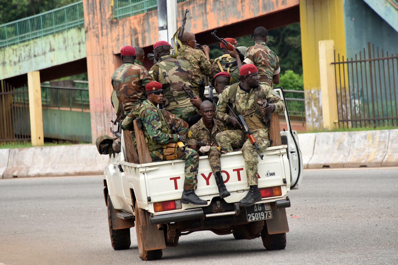 Miembros de las Fuerzas Armadas de Guinea conducen por el barrio central de Kaloum en Conakry el 5 de septiembre de 2021 después de que se escucharan disparos sostenibles.