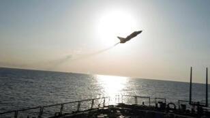 Une image du Sukhoi Su-24 russe qui a survolé le destroyer américain USS Donald Cook dans la mer Baltique le 12 avril 2016, transmise par la marine américaine.