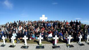 Familiares de soldados argentinos que murieron durante la Guerra de las Malvinas visitan el cementerio de Darwin, donde fueron enterrados sus familiares