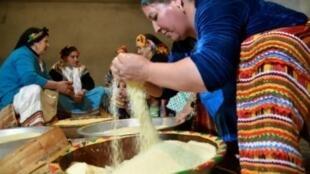 أمازيغية تعد طبق الكسكسي التقليدي بمناسبة عيد يناير في قرية آيت القاسم جنوب تيزي وزو، شرق الجزائر في 11 كانون الثاني/يناير 2018