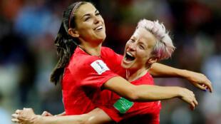 Alex Morgan de Estados Unidos celebra el duodécimo gol con Megan Rapinoe en el estadio Auguste-Delaune de Reims, Francia, el 11 de junio de 2019