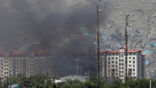 Una cortina de humo se eleva desde el punto de la explosión en Kabul este lunes 1 de julio de 2019.