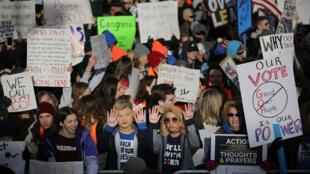 """Des manifestants, samedi 24 mars, à Washington près du Capitole, à la """"Marche pour nos vies"""" (March For Our Lives)."""