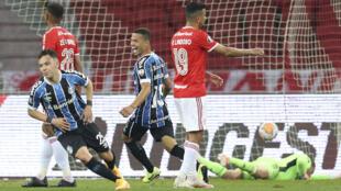 Pepe (I) celebra un gol para Gremio ante el Internacional en un partido de la Copa Libertadores jugado en Porto Alegre, Brasil, el 23 de septiembre de 2020