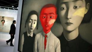 Une œuvre de l'artiste chinois Zhang Xiaogang exposée à Hong Kong en 2011. Zhang Xiaogang est l'un des artistes chinois les plus performants.