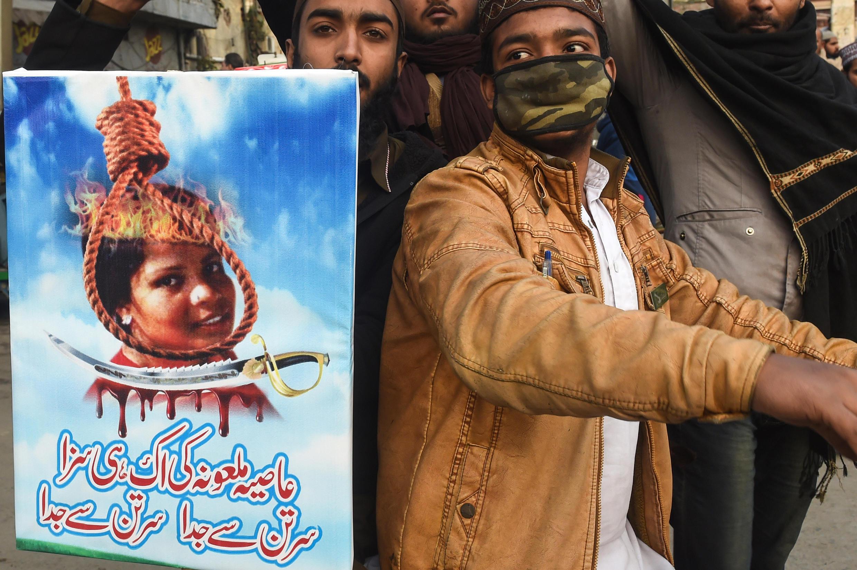 Un homme appelle à la mise à mort d'Asia Bibi, une chrétienne accusée de blasphème au Pakistan, lors d'une manifestation après la libération de cette dernière, à Lahore, le 1er février 2019.