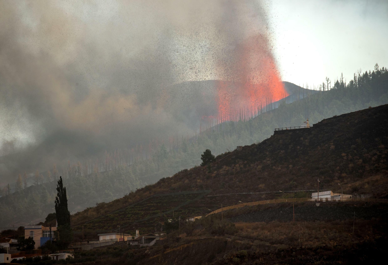 El volcán Cumbre Vieja de la isla canaria de La Palma despide humo y cenizas el 20 de septiembre de 2021
