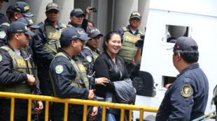 Keiko Fujimori sonríe a sus simpatizantes a la salida del Palacio de Justicia en Lima, Perú, el 1 de noviembre de 2018.