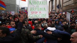 Des manifestants pro-arméniens crient des slogans et brandissent des drapeaux arméniens près des institutions de l'UE à Bruxelles, le 7 octobre 2020.