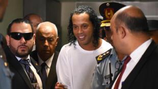 Le Brésilien Ronaldinho (c) à son arrivée au Palais de justice de Asuncion, au Paraguay, le 6 mars 2020
