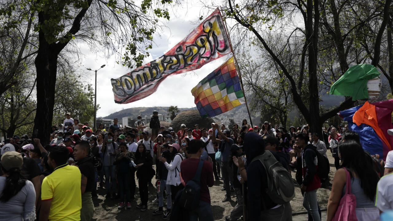 En Ecuador, los pueblos indígenas también fueron decisivos en las movilizaciones en contra del presidente Lenín Moreno. En esta imagen del 14 de octubre de 2019, un grupo de manifestantes celebra en Quito la decisión del mandatario de reversar la subida al combustible que dio origen a las protestas e iniciar una mesa de diálogo con las comunidades indígenas.