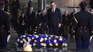 François Hollande rend hommage aux victimes de la Shoah, mardi 27 janvier au matin, lors d'une cémémonie au Mémorial de la Shoah, à Paris.