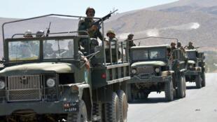 Des soldats libanais quittent la ville d'Aarsal.