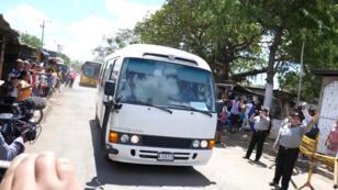 Archivo: un bus sale el 15 de marzo con algunos manifestantes que habían sido detenidos por las fuerzas de Ortega.