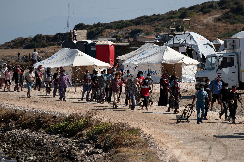 Refugiados y migrantes del campo destruido de Moria se instalan en un nuevo campo temporal en la isla de Lesbos, Grecia, el 16 de septiembre de 2020.