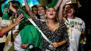 مشجعات المنتخب الجزائري يحتفلن بتأهل منتخبهم لنهائي البطولة