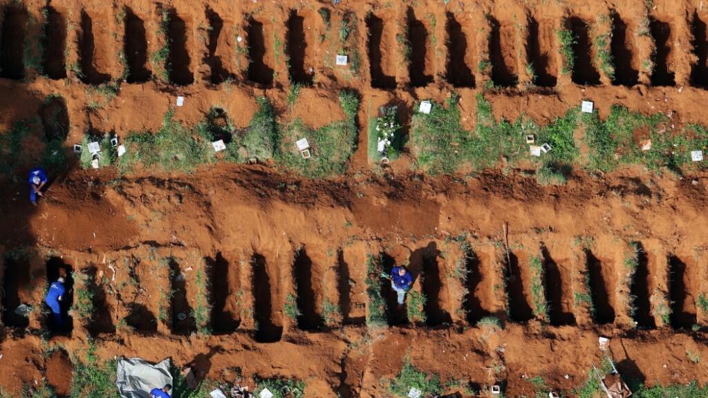 Fosas cavadas en el cementerio de Vila Formosa, el más grande del continente, para sepultar a las vícitmas del Covid-19.