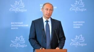 بوتين يتحدث على هامش المنتدى الاقتصادي الشرقي في فلاديفوستوك 4 سبتمبر 2015
