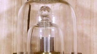 """El """"gran K"""", que definía hasta ahora al kilo, es un cilindro conservado bajo una triple protección de vidirio."""