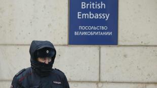 Un policía ruso al frente de la embajada británica en Moscú, el 17 de marzo de 2018.