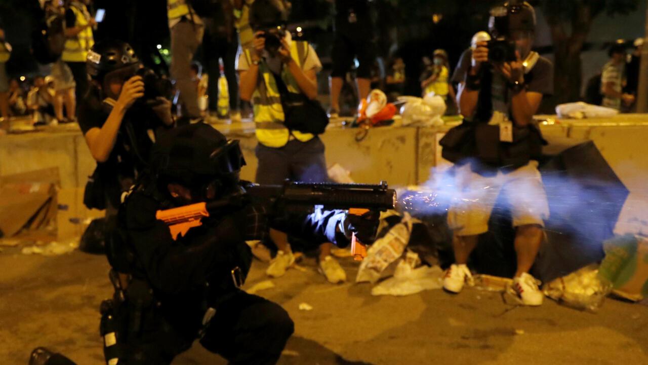 Funcionarios de la policía de Hong Kong emplearon gases lacromógenos para dispersar a los manifestantes el 1 de julio de 2019.