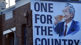 ملصق يظهر رئيس الوزراء السابق بوب هوك على جانب مبنى في سيدني في 17 أيار/مايو 2019