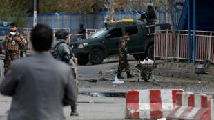 Fuerzas de seguridad se mantienen inspeccionando el lugar donde un atacante suicida mató a al menos a seis personas e hirió a otras 20 el 12 de noviembre de 2018.