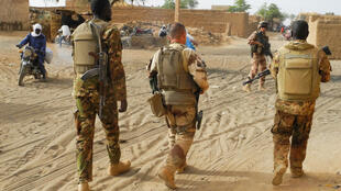 Des soldats de l'armée malienne patrouillent avec des membres de la force française Barkhane, à Menaka, dans la région de Liptako, le 21 mars 2019.