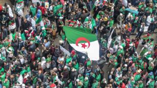 جزائريون يشاركون في مظاهرة مناهضة للحكومة بالجزائر العاصمة - 5 أبريل/نيسان 2019.