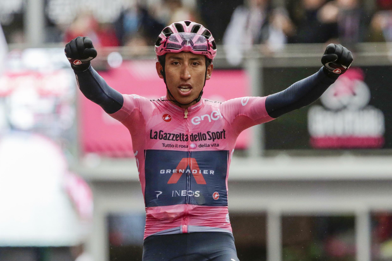 Egan Bernal celebra su triunfo en la etapa 16 del Giro de Italia, el 24 de mayo de 2021 en la meta de Cortina d'Ampezzo, al norte del país