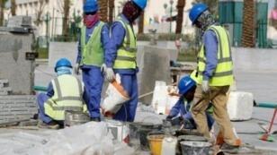 عمال في ورش للبناء في قطر.