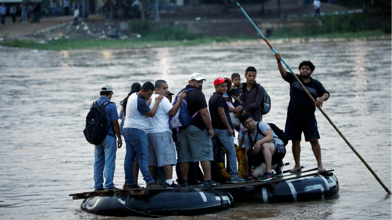 Migrantes centroamericanos cruzando el río Suchiate en una balsa desde Tecun Uman, en Guatemala, a Ciudad Hidalgo, México, el 10 de junio de 2019.