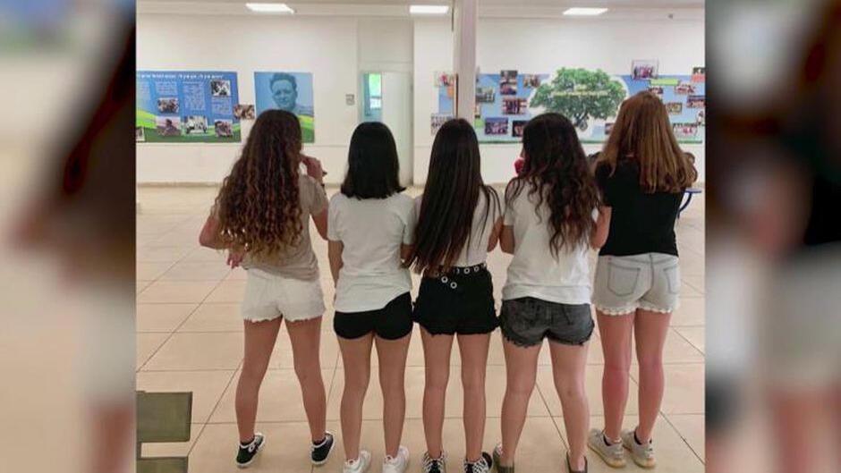 Kai Vered posa en una foto de espaldas, junto a sus amigas, usando pantalones cortos a modo de protesta en Israel.