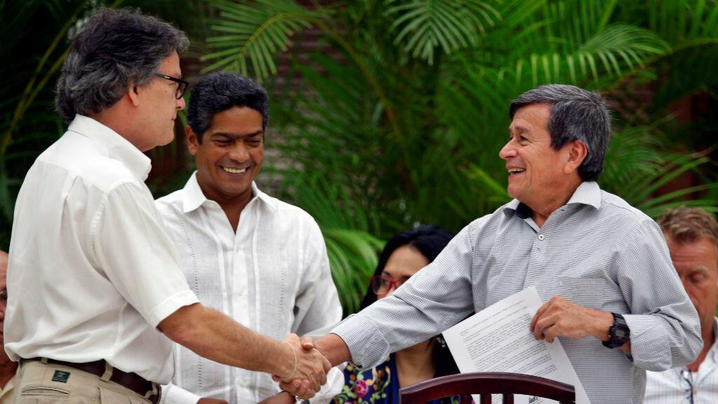 Gustavo Bell, el jefe negociador del Gobierno de Colombia, junto a Pablo Beltrán, líder del ELN en los diálogos de paz, durante el cierre del sexto ciclo de conversaciones el 1 de agosto de 2018 en La Habana, Cuba.