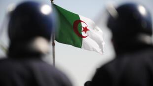 """قضت محكمة جزائرية مساء الإثنين بسجن الطالب وليد نقيش ستّة أشهر بتهمة """"توزيع منشورات من شأنها الإضرار بالمصلحة الوطنية""""."""