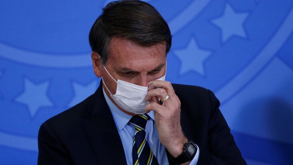 El presidente de Brasil, Jair Bolsonaro, estará obligado a usar tapabocas siempre en lugares públicos, bajo posible sanción si no lo hace. Imagen en Brasilia el 16 de junio de 2020.