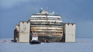 L'épave du Costa Concordia redressée et parée pour son remorquage jusqu'à Gênes.