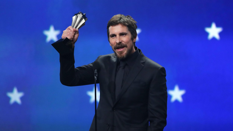 """Christian Bale recoge el premio a Mejor Actor por su trabajo en """"Vice"""", en la 24 edición de los Critics' Choice Awards, en Santa Mónica, California, EE. UU., el 13 de enero de 2019."""