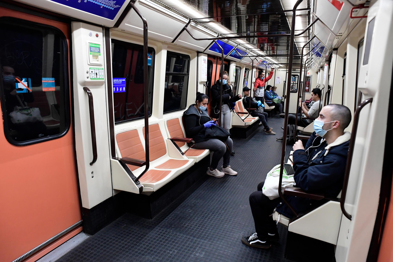 Unos viajeros ocupan un vagón del metro en la estación de Atocha de Madrid el 13 de abril de 2020
