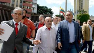 El jefe de gobierno de Caracas Darío Vivas (C) llega a la Suprema Corte de Justicia acompañado del diputado Pedro Carreño, el 7 de enero de 2016 en la capital venezolana